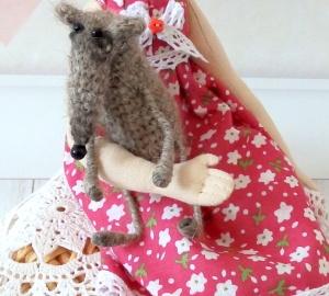 проволочный каркас в текстильной кукле